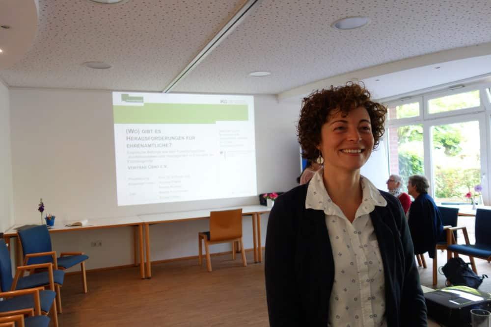 Andrea Rumpel, Wissenschaftliche Mitarbeiterin im Projekt MigSoz – Migration und Sozialpolitik der Universität Duisburg-Essen, präsentiert Studie bei Ceno e.V.